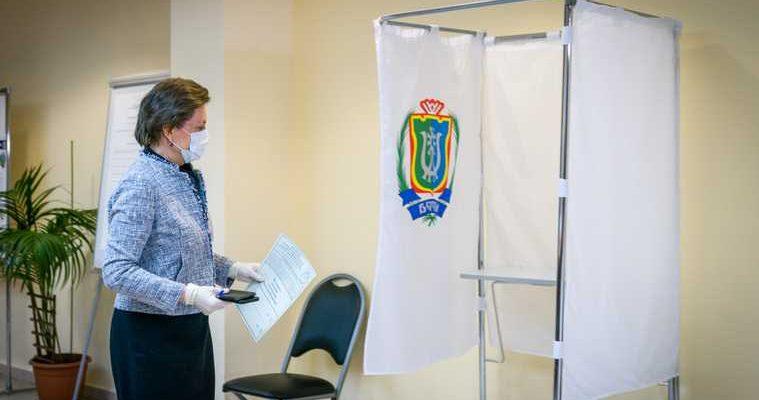 Губернатор Югры Комарова проголосовала поправки Конституция