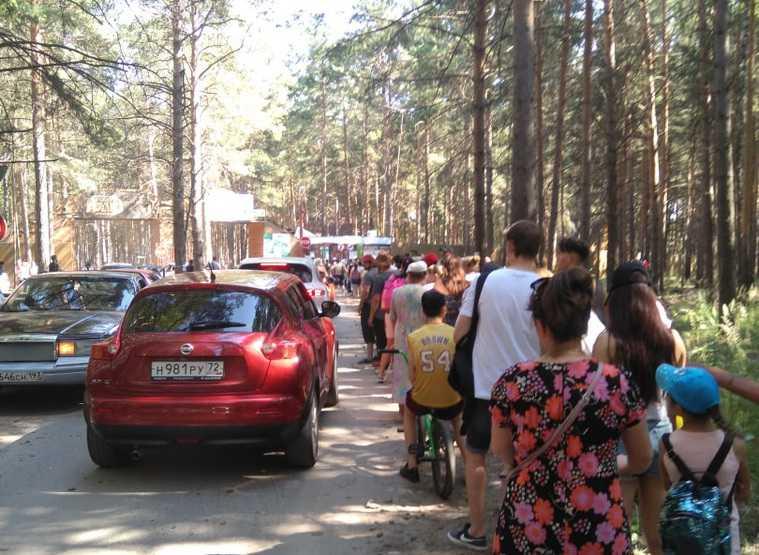 Сотни тюменцев выстроились в очереди к пляжам. «У вас есть машины, а вы сюда едете!» ФОТО