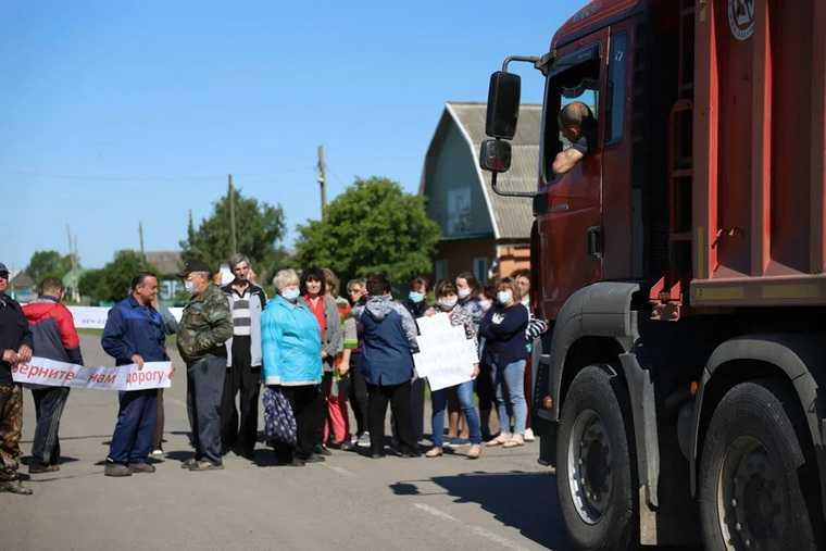В тюменском селе власти отказали жителям в ремонте дороги. Местные устраивали митинги. ФОТО