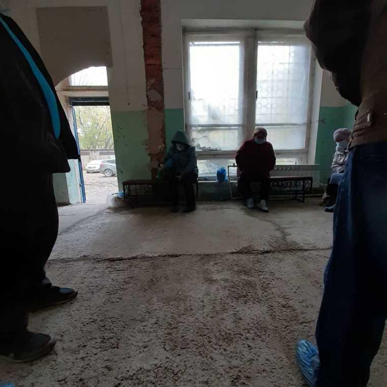 Под Челябинском больные замерзают в очереди на томографию. Фото