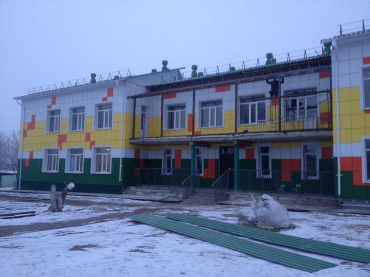 Курганские строители живут в детсаду, который ремонтируют. «Спят на детских кроватках»