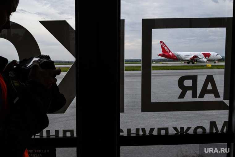 пьяный пассажир Кольцово разбил дверь видео Екатеринбург аэропорт