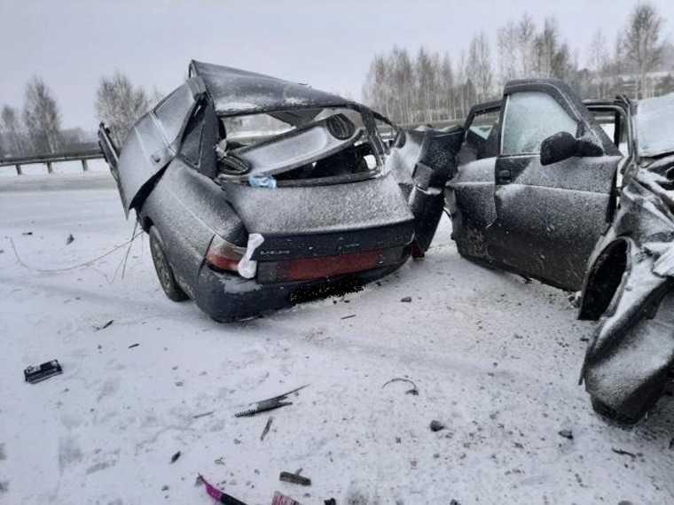 Машина развалилась на части во время ДТП в Курганской области. Фото