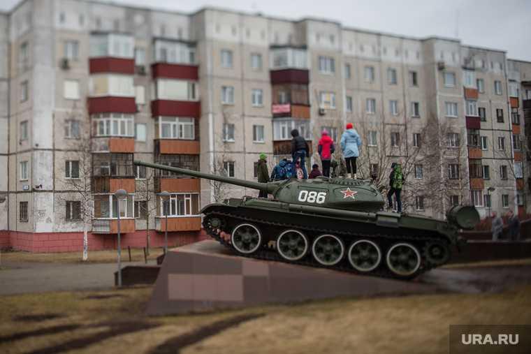 танк из Кургана установили в Сквере пограничников