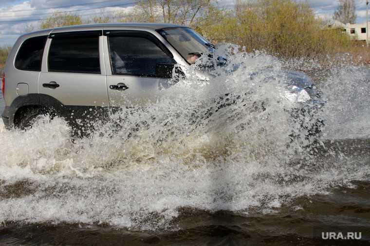 Автомобиль Шевроле Нива детский сад утонул лужа