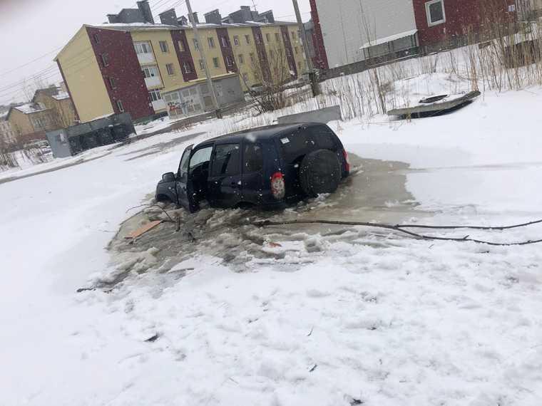 В ХМАО автомобиль утонул в огромной луже рядом с детсадом. Фото