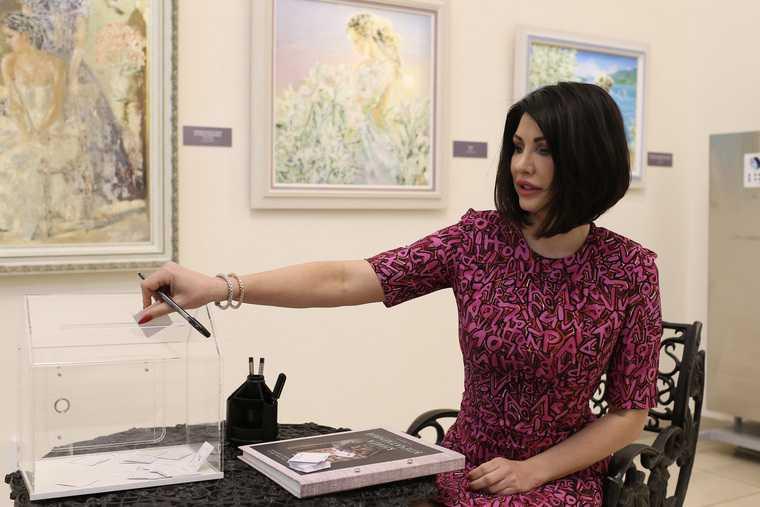 Ирина Теклер проголосовала за картину Сафронова для Челябинска. Фото