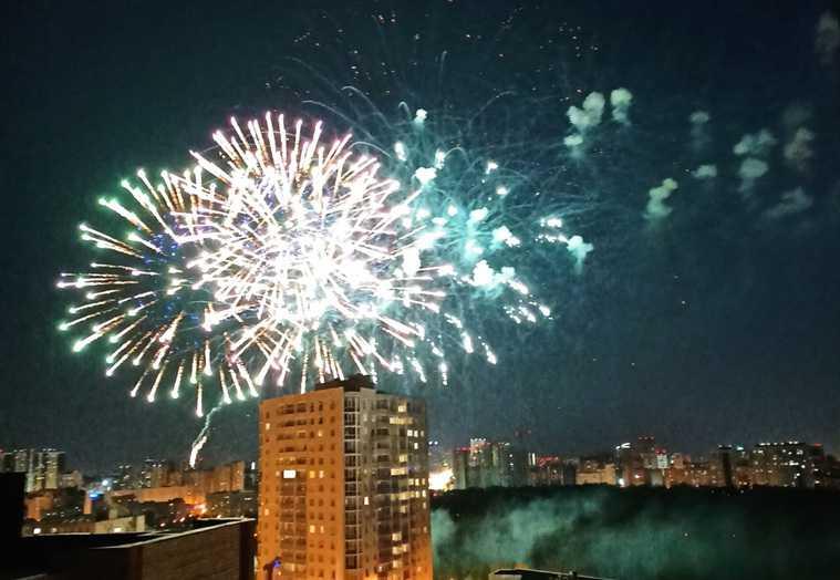 Как в столицах Большого Урала прошли салюты. Фото