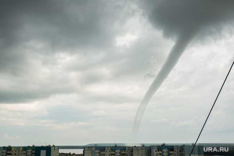 новости хмао смерч ураган в городе гуляет смерч погодная аномалия погода в югре сняли на видео торнадо