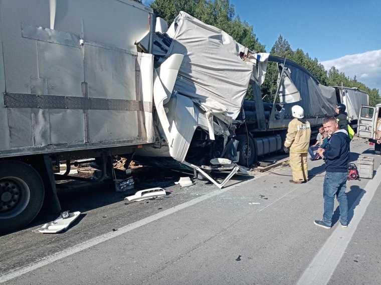 На трассе Екатеринбург-Тюмень столкнулись 4 грузовика. Есть погибший. Фото
